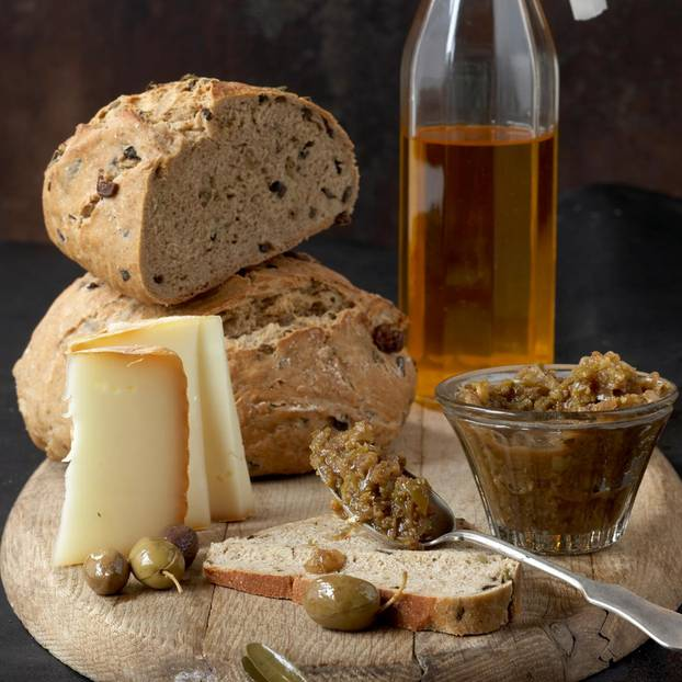 Olivenbrot und Oliven-Chutney