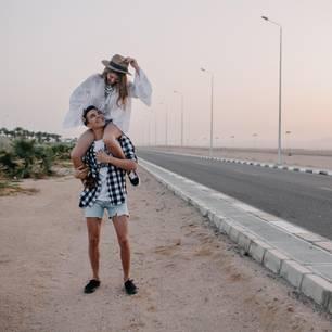 Welches Sternzeichen passt zu Zwilling? Ein Mann trägt seine Partnerin auf den Schultern