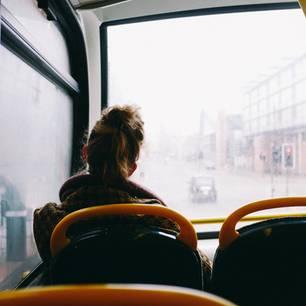 """Depressiv oder """"nur"""" unzufrieden: Frau im Bus"""