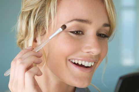 Micro-Concealing: Frau schminkt sich
