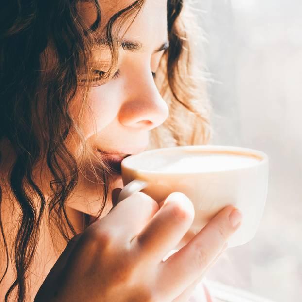Horoskop: Eine Frau trinkt Kaffee