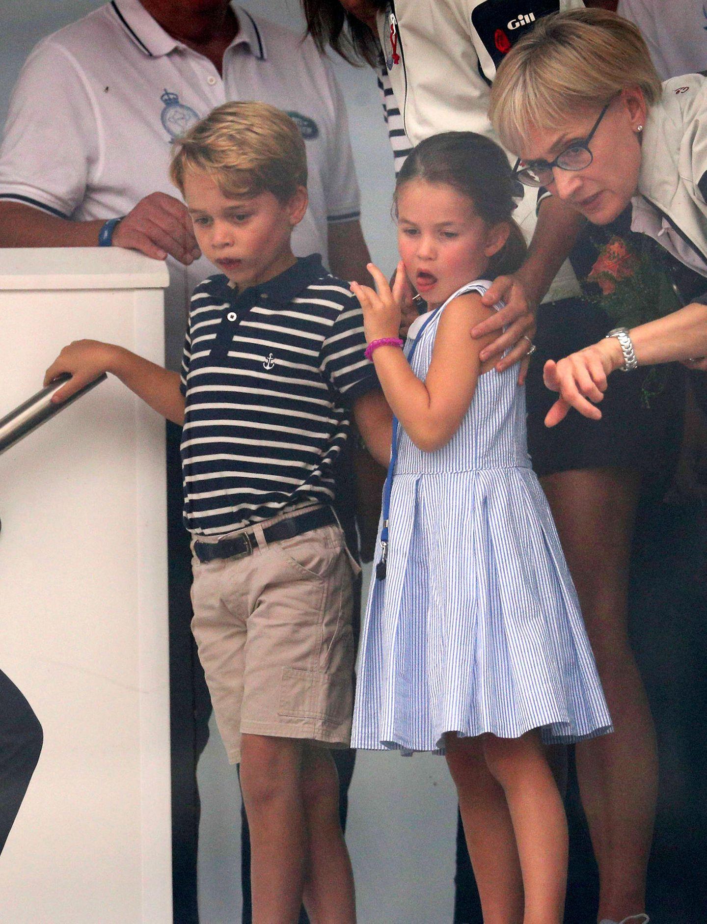 Prinz George und Prinzessin Charlotte: stehend auf einem Schiff