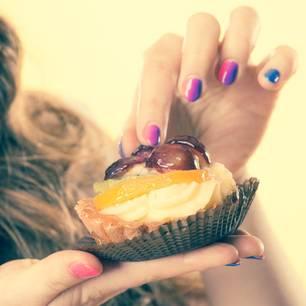 Trick gegen Heißhunger: Frau mit einem Törtchen
