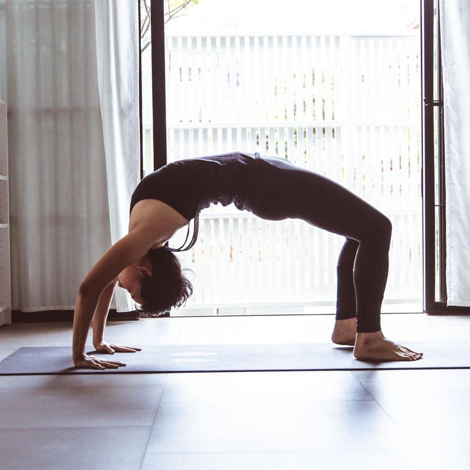 Bowspring Yoga: Frau macht Yogaübung