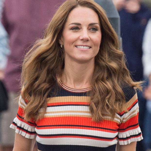 Wow, Kate! Nicht nur mit ihrenOutfits zog die Herzogin bei der Segelregatta King's Cup alle Blicke auf sich, auch ihre Frisur war ein absoluter Hingucker. Ihre typischdunkelbraune Haarfarbe ist einem leuchtenden Schokobraun gewichen und verleiht ihren Haaren damit im Handumdreheneine Extraportion Frische. Dazu ein paar leichte Beachwaves – fertig ist ein entspannter Look, der Kate einfach fantastisch steht.