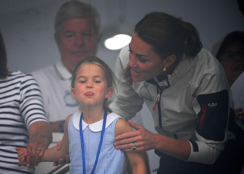 Prinzessin Charlotte mit Kate Middleton streckt die Zunge raus