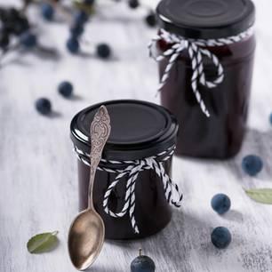 Schlehenmarmelade: Gläser mit Schlehenmarmelade
