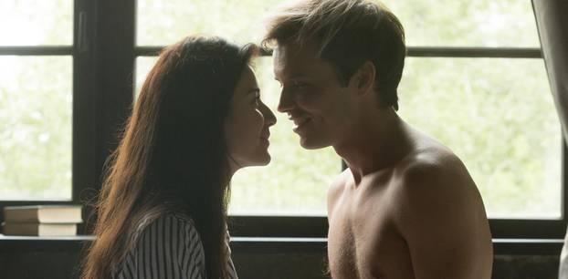 Tantra-Sex: Ein Pärchen guckt sich intensiv in die Augen