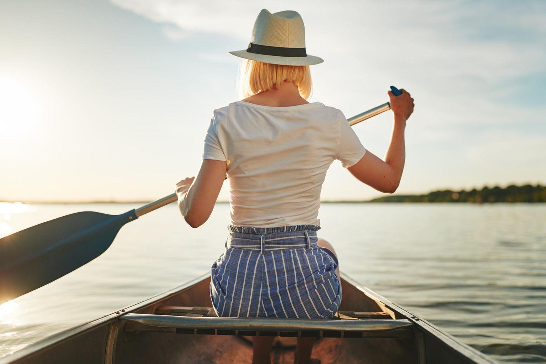 Horoskop: Eine Frau im Boot verlässt sich auf ihre Intuition