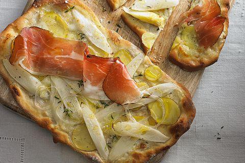 Pizzetta mit Spargel und Tiroler Speck