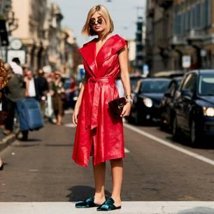 Ein blauer Samt-Loafer kombiniert zum roten Leder-Kleid