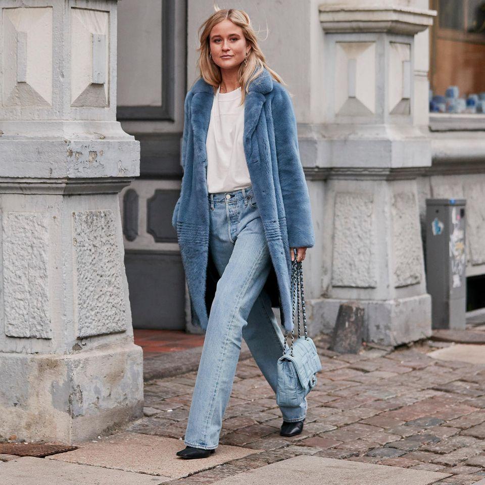Blaue Marlene Jeans mit blauem Mantel und weißem Shirt