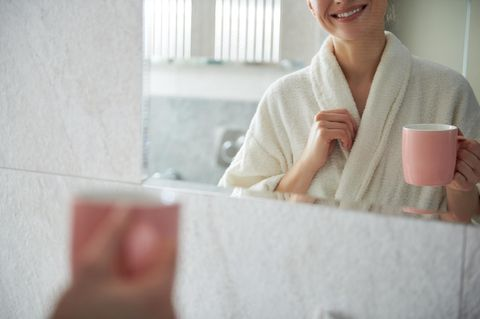 Selbstkritik: Eine Frau vor dem Spiegel