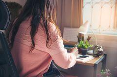 Selbsttest: Woher weiß ich, ob ich Depression habe? Frau sitzt an Schreibtisch