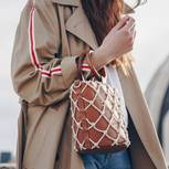 Herbst-Essentials: Frau mit Mantel und Handtasche