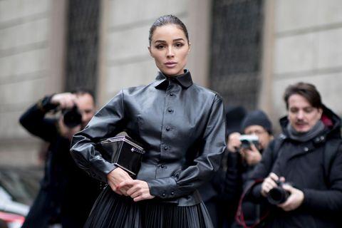 Schwarzes Lederhemd kombiniert mit einem schwazen Tüllrock.