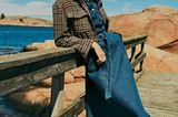Jeans 2019: Frau in Jeansjacke und Jeanshose mit Stiefeln in Schlangenoptik