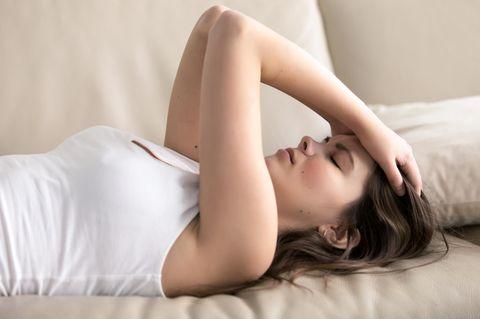 Hausmittel gegen Kopfschmerzen: Frau hält sich den Kopf