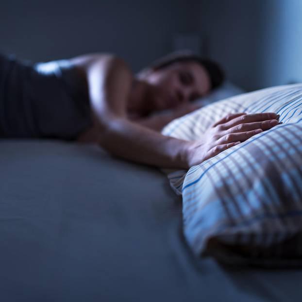 Offene Beziehung vorschlagen - aus Unlust: Frau liegt allein im Bett