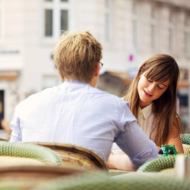 Whisper: Ein Pärchen beim Kennenlernen