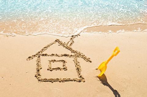 Vor- und Nachteile von Ferienhäusern: Haus in Sandstrand gemalt