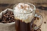 Irish Coffee im Glas mit Sahne