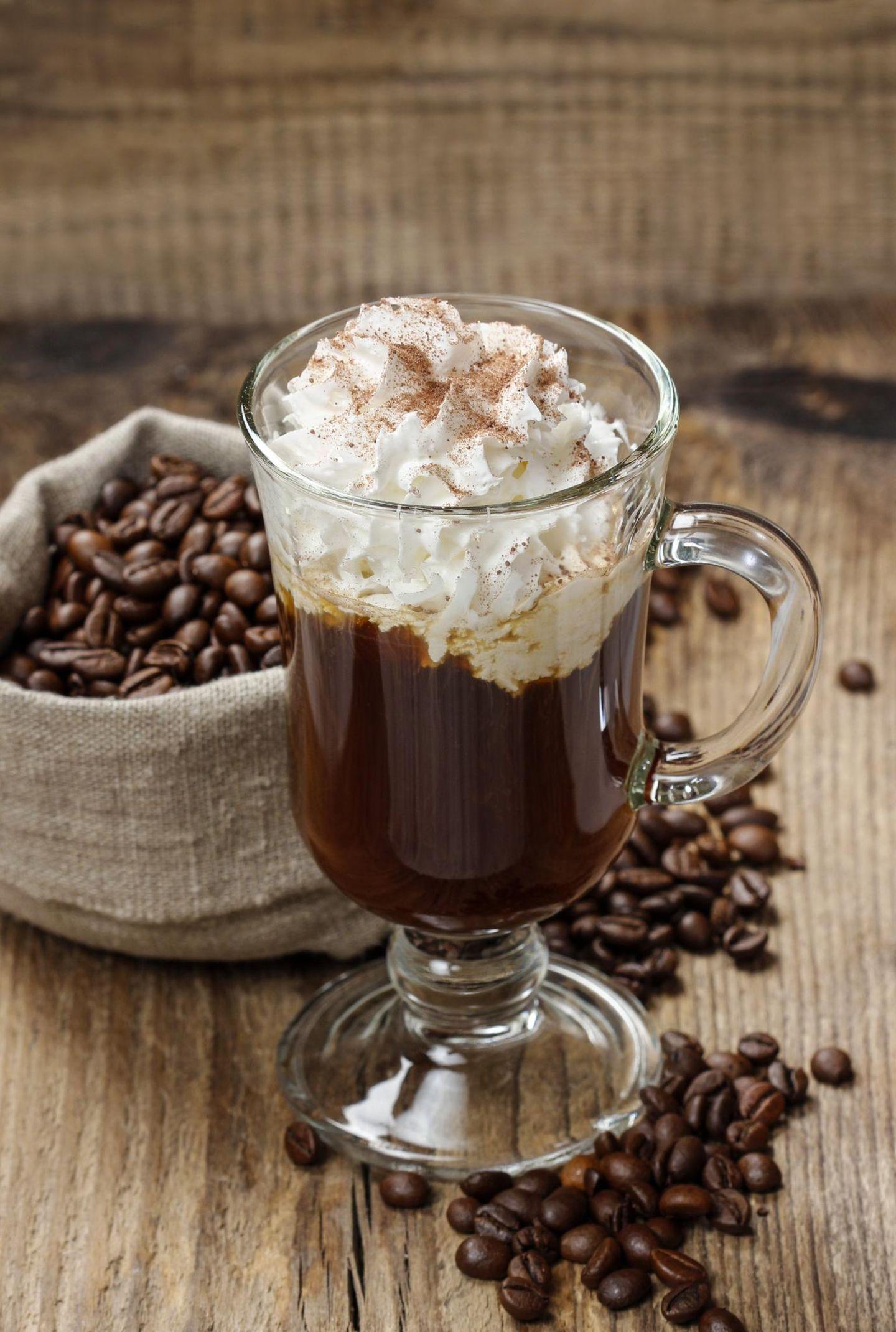 Irish Coffee im Glas mit Sahne