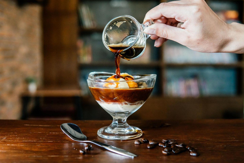 Affogato al caffè in einer Dessertschale