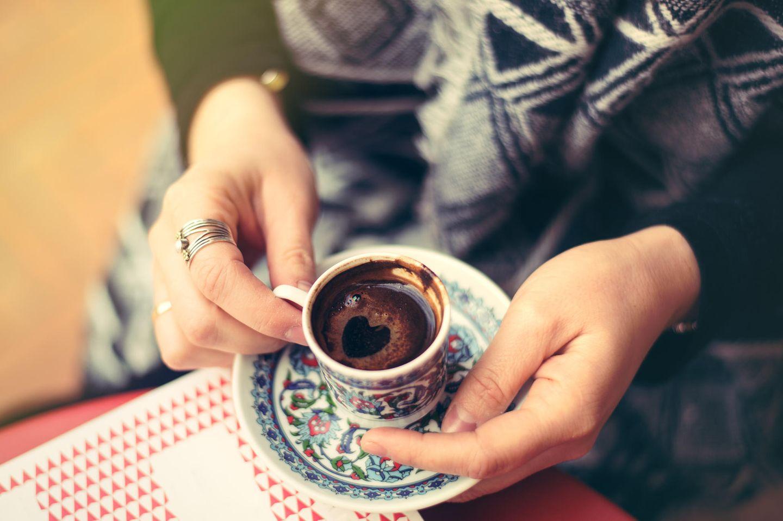 Türkischer Kaffee in einer kleinen Tasse
