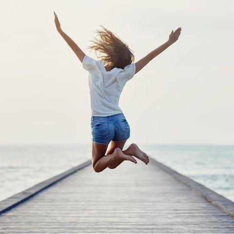 Abnehmen mit der Glücks-Diät: Frau springt in die Höhe