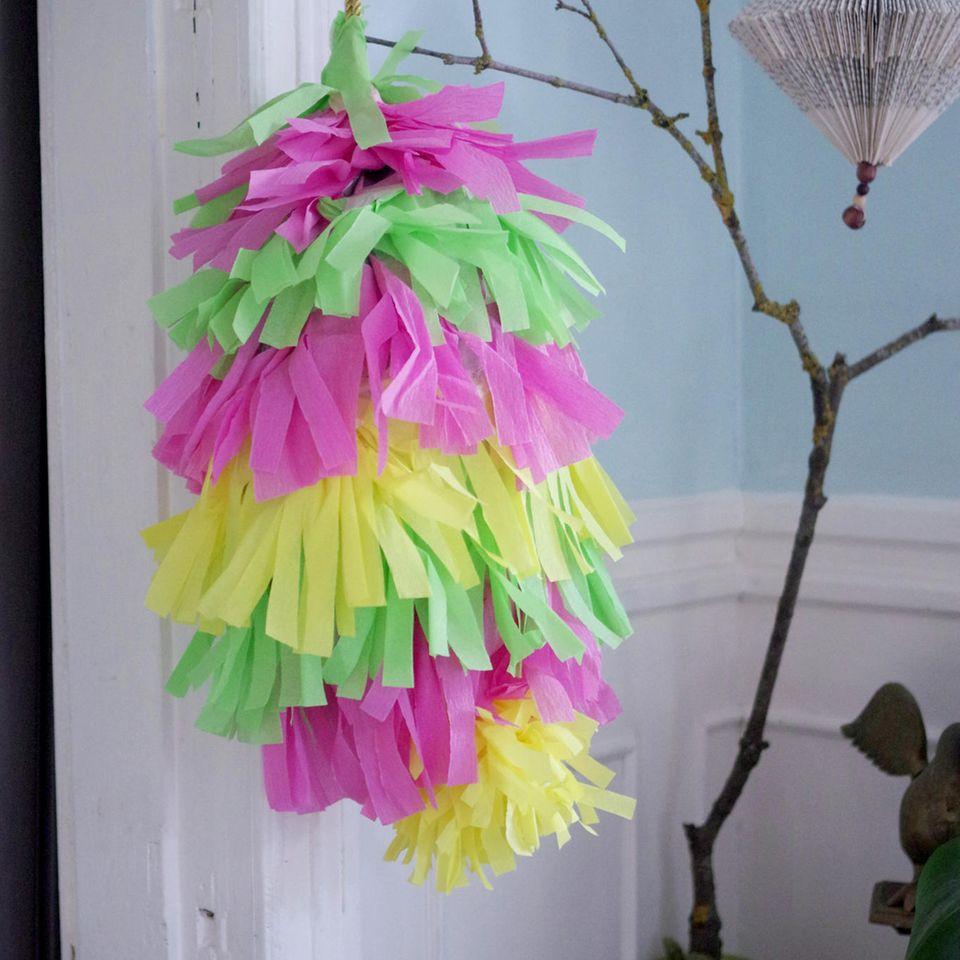 Piñata basteln: Piñata im Zimmer
