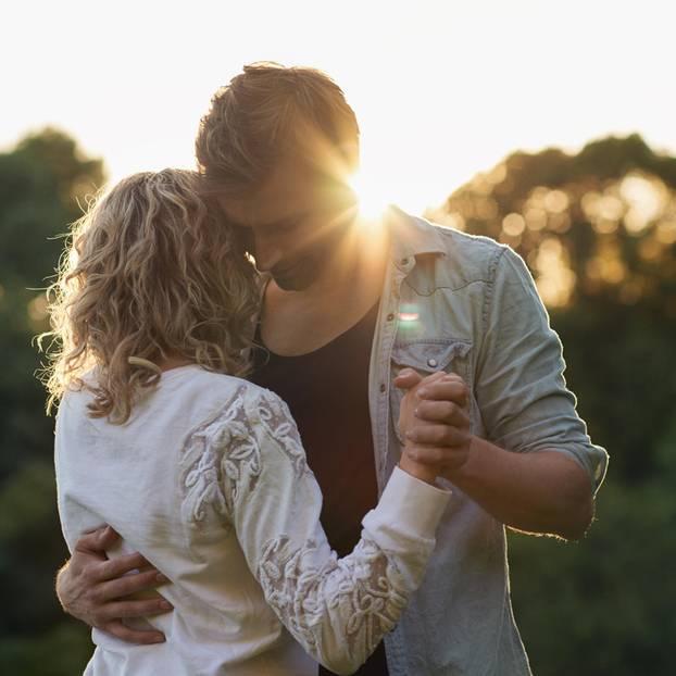 Woran erkennt man, ob man zusammenpasst? Ein Pärchen tanzt im Sonnenuntergang