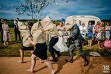 Hochzeitsfoto: Hochzeitsgäste spielen Sacklaufen