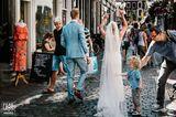 Hochzeitsfoto: Brautpaar geht durch die Strassen