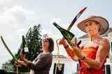 Hochzeitsfoto: Frauen halten Weinflaschen
