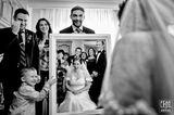 Hochzeitsfoto: Braut im Spiegel und Familie