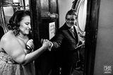 Hochzeitsfoto: Braut vor Toilettentür