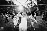 Hochzeitsfoto: Braut tanzt mit Gästen