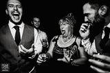 Hochzeitsfoto: Frau trinkt Schnaps
