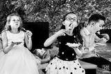 Hochzeitsfoto: Kind isst Torte