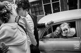 Hochzeitsfoto: Kinder im Auto Brautpaar Kuss