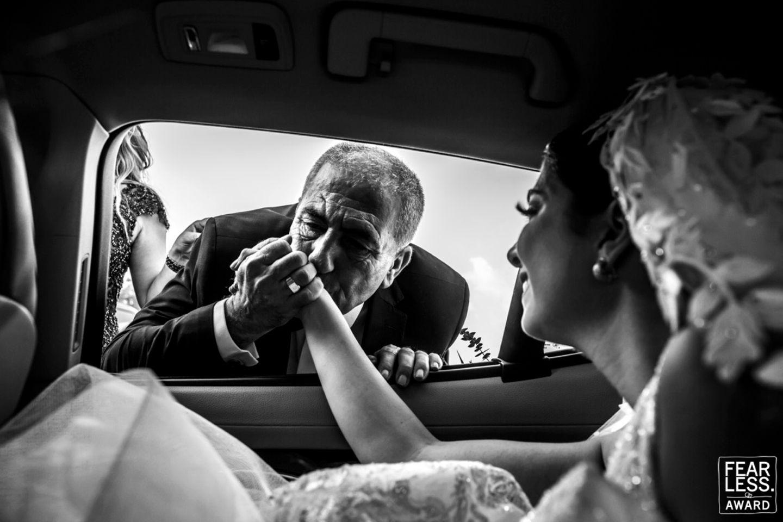 Hochzeitsfoto: Mann gibt Braut Handkuss