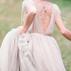 Braut trägt ihr Hochzeitskleid im Alltag