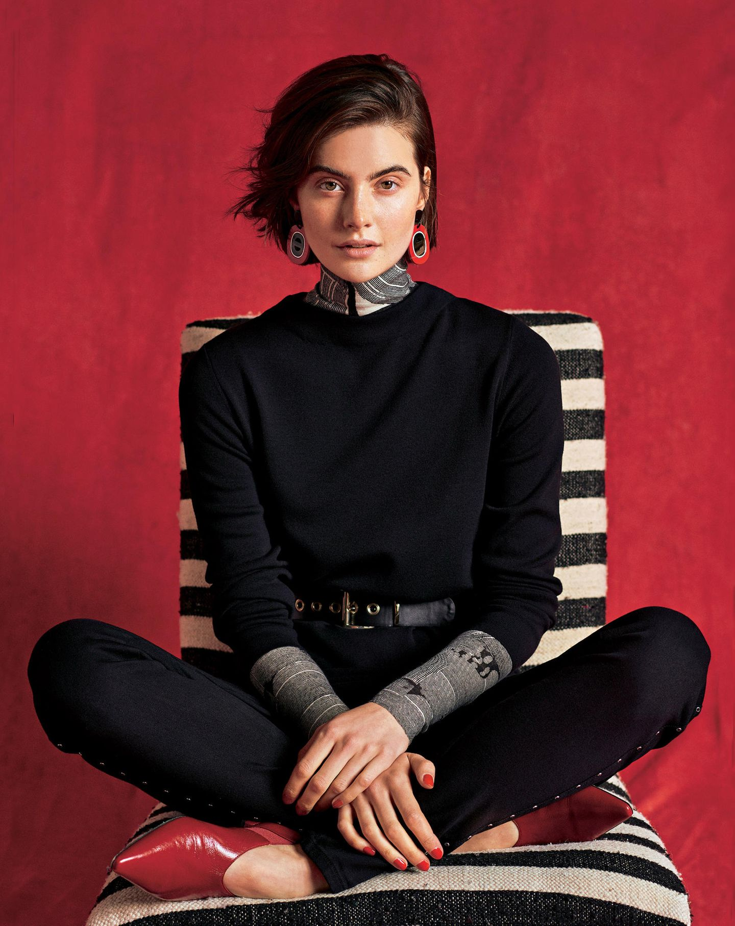 Trendfarben Herbst/Winter 2019: Diese 3 sind unschlagbar: Gemusterter Rolli mit schwarzem Kleid und schwarzer Hose