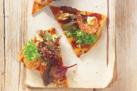 Pizza mit Garnelen und Walnüssen