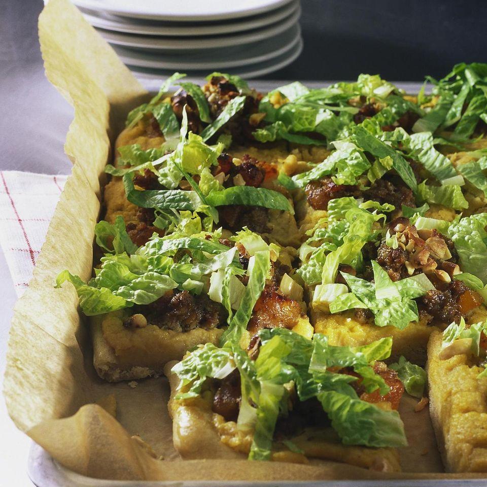 Pizza mit Kichererbsenmus, Mett und Salat