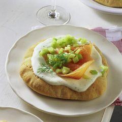 Pizza mit Lachs und Wasabi-Crème-fraîche