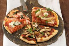 Pizza, dreimal belegt