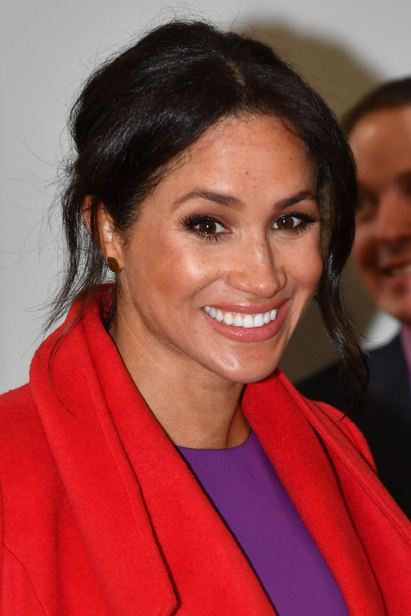 Herzogin Meghan mit rotem Mantel