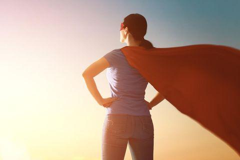 Horoskop: Eine Frau mit Superhelden-Umhang